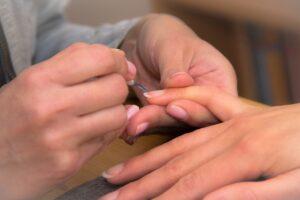 Снять гель-лак с ногтей легко и просто.